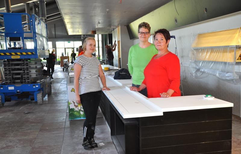 Ei uskoisi, että vielä keskiviikkona ABC Pyhäjärvellä näytti tältä. Henna Pekkarinen, Terhi Antikainen ja Marjo Pekkarinen odottavat jo innolla uusien tilojen valmistumista.