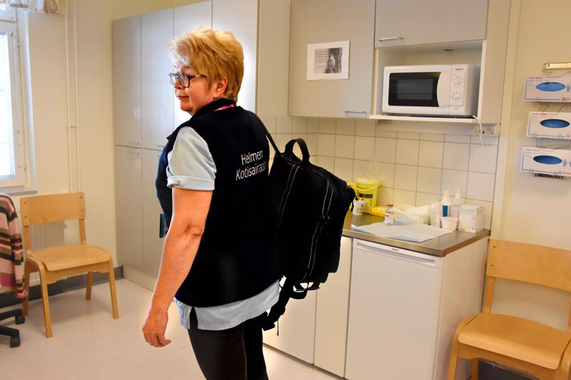 Tässä menee sairaala. Kotiutuskoordinaattori, sairaanhoitaja Anne Tuovila esittelee reppua, johon on pakattu kotisairaalakäynnillä tarvittavat varusteet.