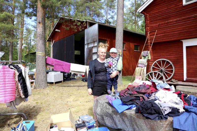 Satu Jutila ja poikansa Roni kesän 2018 kirppisrallissa.
