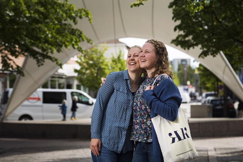 Iida Pappinen ja Katriina Mathlin solmivat aikanaan Kokkolan nuorisokuorossa ystävyyden, joka on säilynyt aikuisvuosiin saakka.