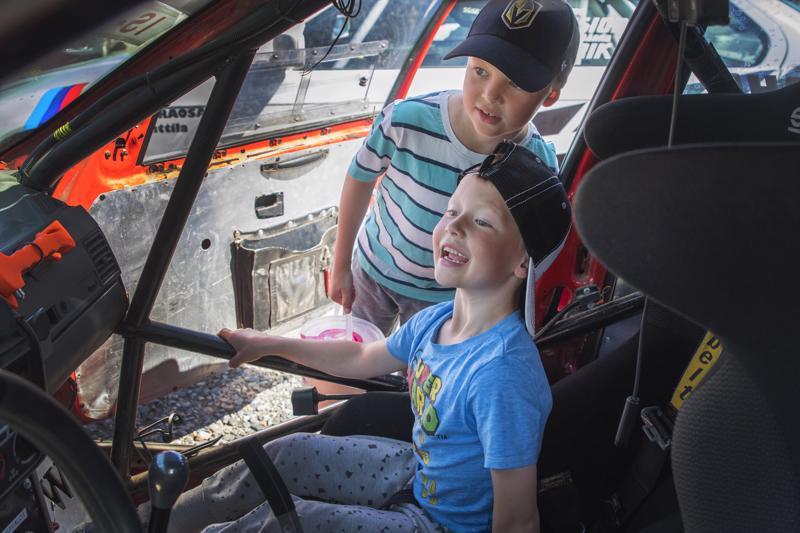 Aapeli (takana) ja Aatos Pökkylä olivat erityisen innostuneita ralliautoista ja pääsivät itsekin istahtamaan sellaisen penkkiin.