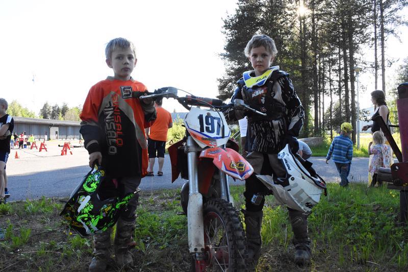 Veljekset Petteri (vas.) ja Ilmari Karsikas kävivät kokeilemassa crossipyörällä keulimista suljetulla ajotaitoradalla.