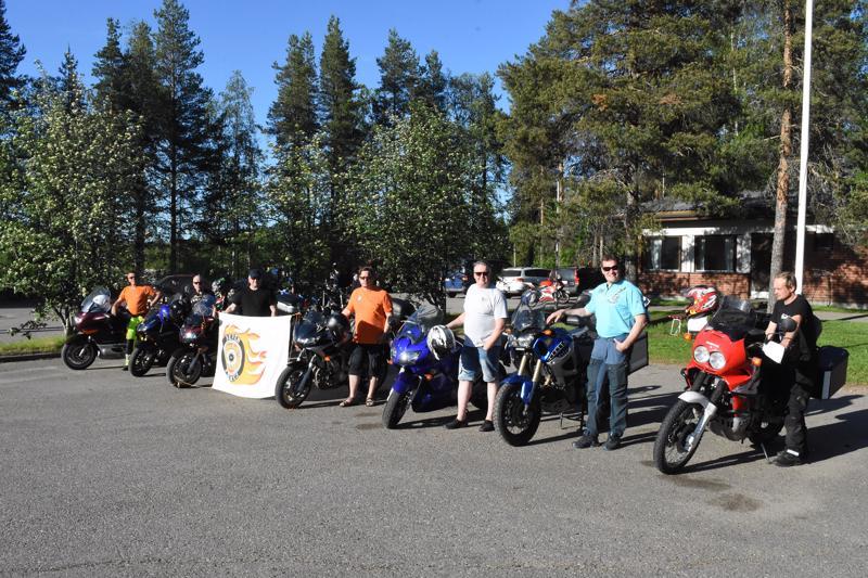 Myös paikalliset MC Seven Flames -moottoripyöräkerhon jäsenet toivat pyöränsä näytille tapahtumaan.