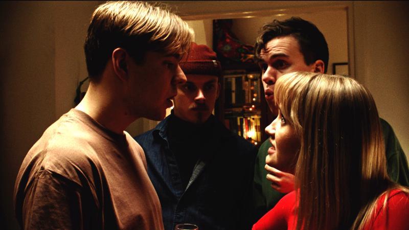 Nuoren Ilmarin housujen sisältö aiheuttaa huolta Barcelona-elokuvassa. Aaro Airolan henkisenä tukena Aurora Manninen, Juho Kuusamo ja Otto Rokka.