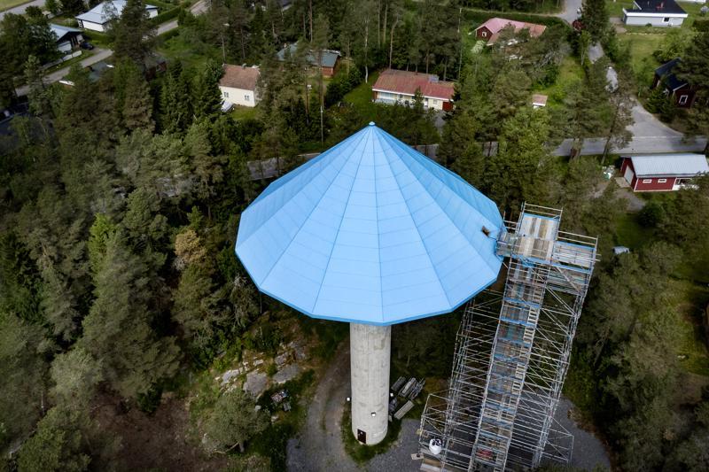 Peruskorjaus on tuonut Kalajoen vesitornin rinnalle korkean rakennustelineen. Kun tornin säiliö on täynnä, sen vesipinta on 45 metrin korkeudella merenpinnasta.