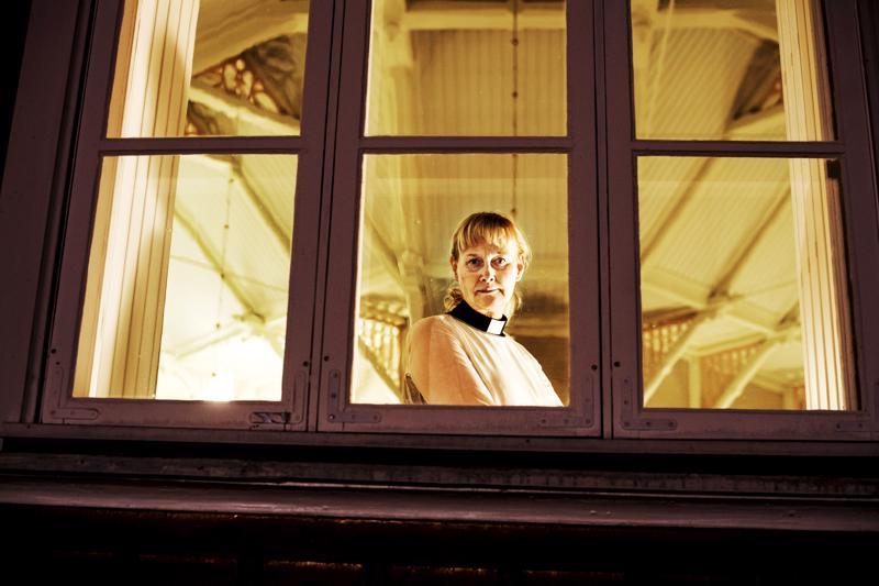 Eija Seppä kertoo Kylähullut-podcastissa tarinansa, miten hän päätyi ensin Utsjoelle diakonissaksi ja sitten Perhoon kirkkoherraksi.