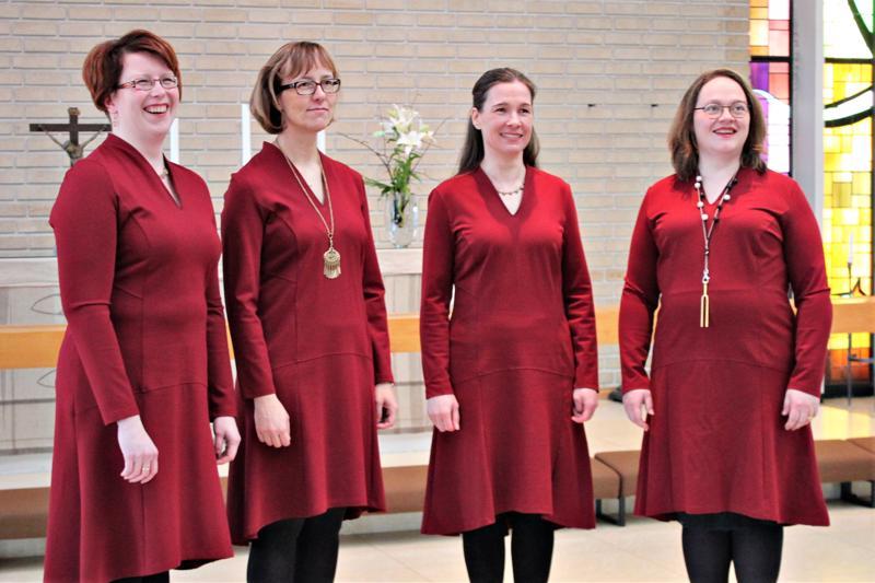 Lauluyhtye Kuurassa laulavat Kirsi Koivisto, Pia Räihälä, Eija Rahja ja Marita Kaakinen.