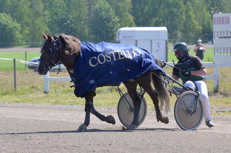 Metkutus voitti Costellon nimikkolähdön. Juha-Matti Paavola antoi menoluvan viimeisellä takasuoralla, eikä voittajasta ollut sen jälkeen epäselvyyttä.