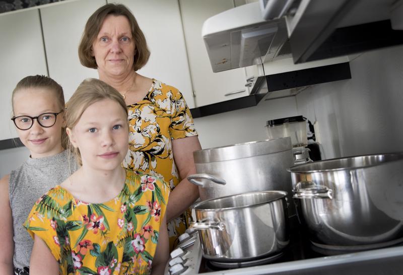 Tarja Korrin tyttäret Elisa (edessä) ja Milja eivät ole vielä maistaneet perinteistä juustokeittoa. Ehkä tytöt kuitenkin jatkavat äidin juhannusperinnettä tulevaisuudessa.