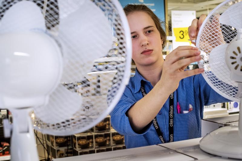 –  Pöytätuuletin on hyvä valinta pienempään käyttöön. Se myös puhaltaa tehokkaasti, kertoo Clas Ohlsonin myyjä Titta-Liina Kaljunen.