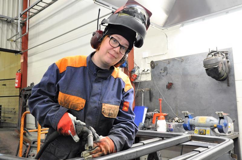 Tanja Riihimäki pitää työstään hitsarina. Järvelän Metallissa hän on ollut pian neljä vuotta ja viihtyy hyvin.