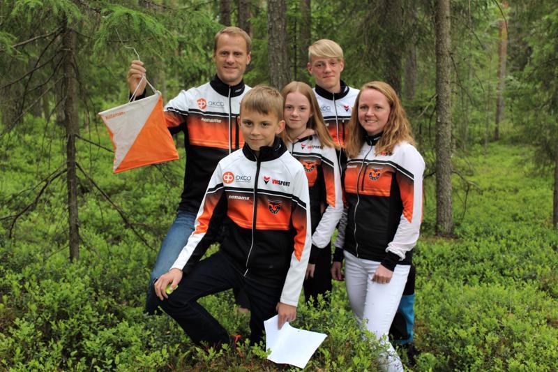 Rastilippu löydetty! Kuvassa Sören ja Emil Jansson (takana vasemmalta) sekä Lukas, Mia ja Tuija Jansson (edessä vasemmalta).