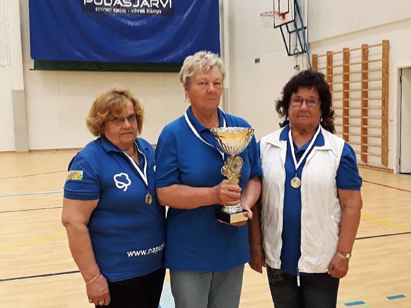 Eläkeliiton naisjoukkue voitti kultaa. Kuvassa Marja-Leena Mustapää (vas.), Ritva Seppälä ja Rauni Vuorenmaa.