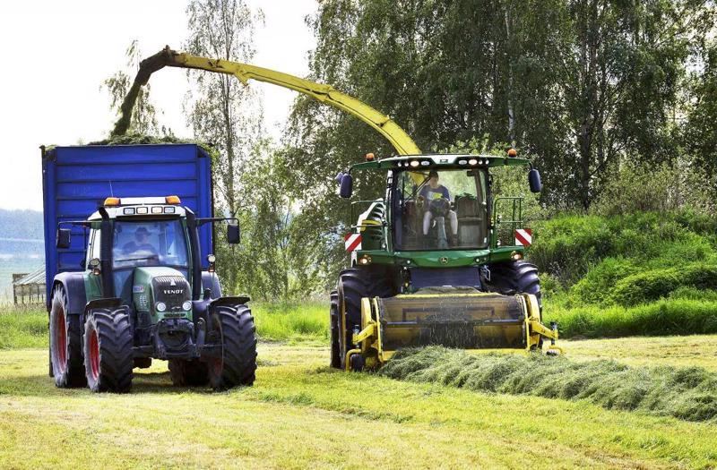 Suurenkin karjan talven rehut korjataan nykyisin muutamissa päivissä. Ajosilppuri täyttää traktorin peräkärryn seitsemässä minuutuissa. Toni Toivola ajaa silppuria ja Alari Kujala traktoria.