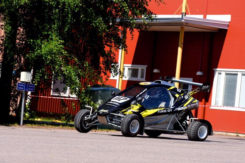 CrossKarteilla mentiin kovaa Jari-Matti Tiilikan johdolla Nivalan radalla.
