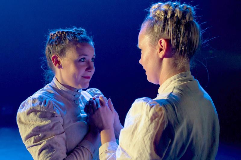 Anna Myllylä (vas.) ja Hanna Poikela esiintyvät Maijan ja Arvin rakkaustarinan tanssilliseen muotoon muutetussa kirjeenvaihdossa.