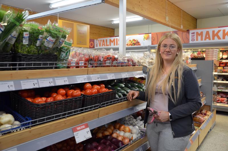 K-Market Halsuan kauppias Suvi Jylhä aikoo hakea tukea, mikäli kauppa täyttää hakukriteerit.