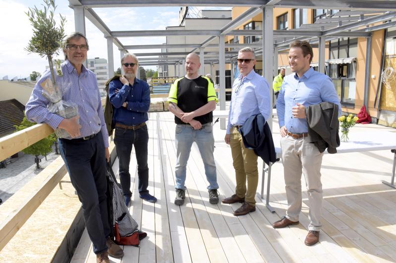 Kaupungin aurinkoisimmat kattoterassit löytyvät nyt Kävelykadun ja Isonkadun kulmasta. Viittä vaille valmiita asuntoja ihailevat kiinteistönomistaja Heikki Seppälä (vas.), arkkitehti Kalle Viljanen sekä Rakennuspalvelu Kronqvistin Magnus Kulp, Cay Kronqvist ja Kristoffer Wiik.