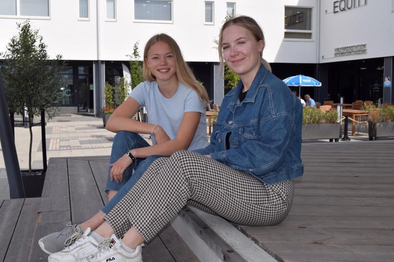 Matilda Ahlgren ja Evelina Sundvik laulavat Luodon torilla kesäkuun viimeisenä lauantaina.