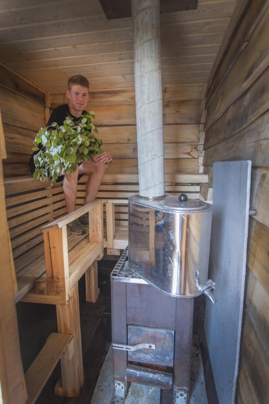 Pietu Tiainen ystävineen rakensi saunan lähes kokonaan kierrätysmateriaaleista. Myös kiuas ja vesisäiliö löytyivät romuläjästä.