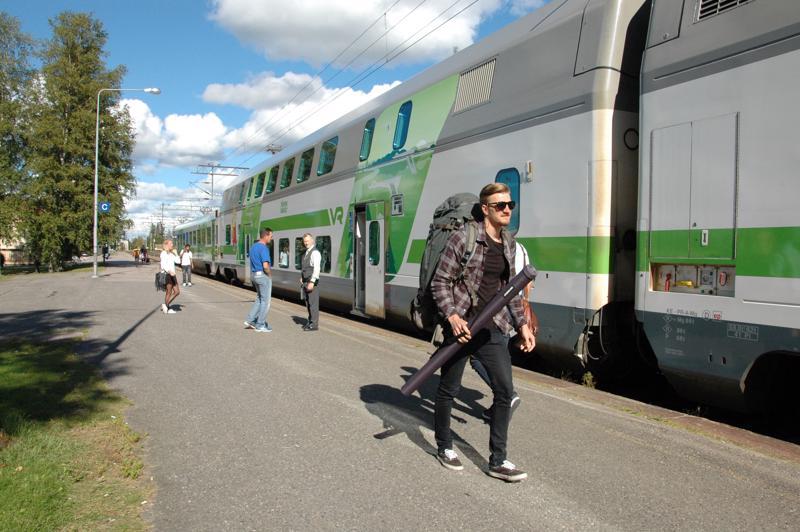 Vaikka muutama juhannuksen junavuoro on jo loppuunmyyty, suurimmassa osassa junista on vielä tilaa.