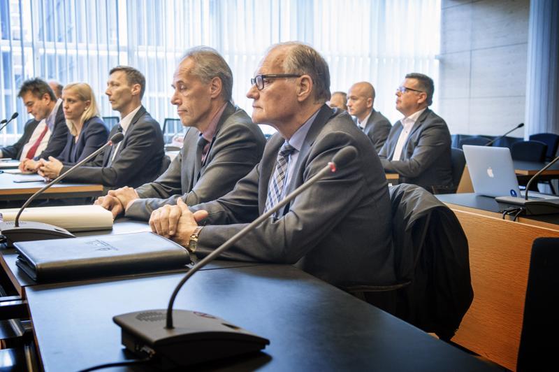 Eläkkeelle jäänyt poliisiylijohtaja Mikko Paatero (etualalla) on yksi syytteessä olevista korkeista poliisijohtajista.