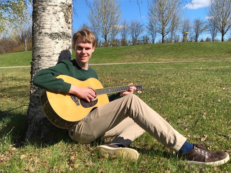 Tuomas Salo soittaa Elonkolina-yhtyeessä, jossa ystävykset tekevät akustisia versioita tykkäämistään biiseistä.