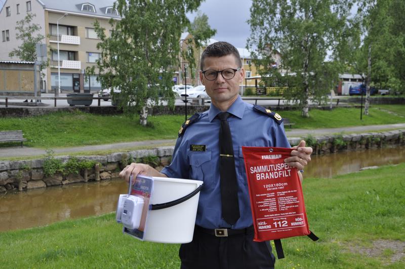 Keski-Pohjanmaan ja Pietarsaaren alueen pelastuslaitoksen pelastuspäällikkö Jouni Leppälä muistuttaa, että joka kodista tulisi löytyä palovaroitin, sammutusastia, sammutuspeite ja häkävaroitin.