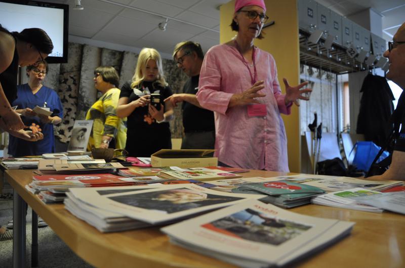 Tukipiste Vernan  avajaisissa neljä tukiyhdistystä esittelemässä toimintaansa. Verna tarjoaa tietoa vertaistuesta Keski-Pohjanmaan keskussairaalan pääaulassa.