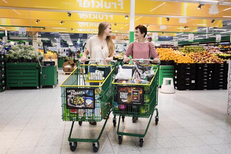 Oululaiset Maisa Anttila ja tytär Sofia Huttu-Hiltunen tekevät suurimman osan juhannusostoksistaan ennakkoon. Kaksi ostoskärryllistä tulee nopeasti täyteen, sillä juhannusta vietetään kymmenhenkisellä porukalla. Kokkolan Prisma on Anttilan ja Huttu-Hiltusen välietappi, ja matka jatkuu kohti Isoakyröä.