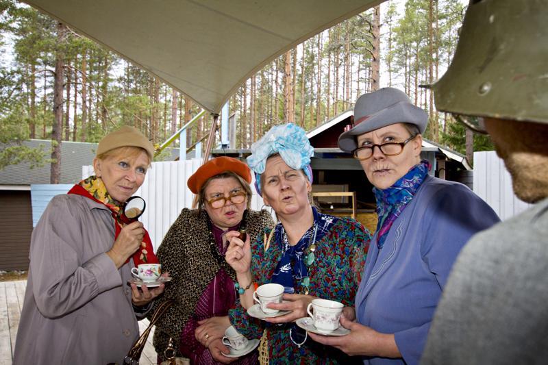 Terttu-Liisa Tokola, Eini Pekola, Kari Krook, Elise Lund-Mäkelä sekä Niina Juola Ehtoolehdon sankareiden harjoituksissa.