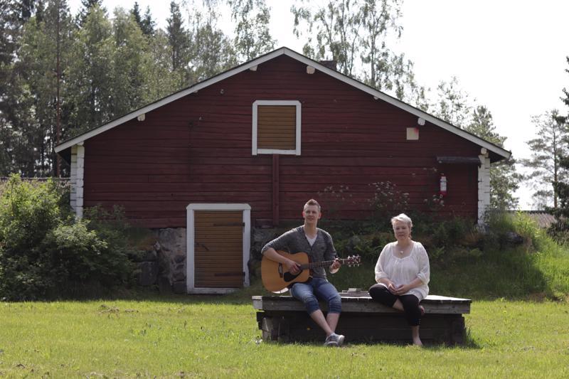 Niko Hyyppä ja Heidi Hietala järjestävät musiikin täyteisen piknikin Katvalan sisäpihalle.