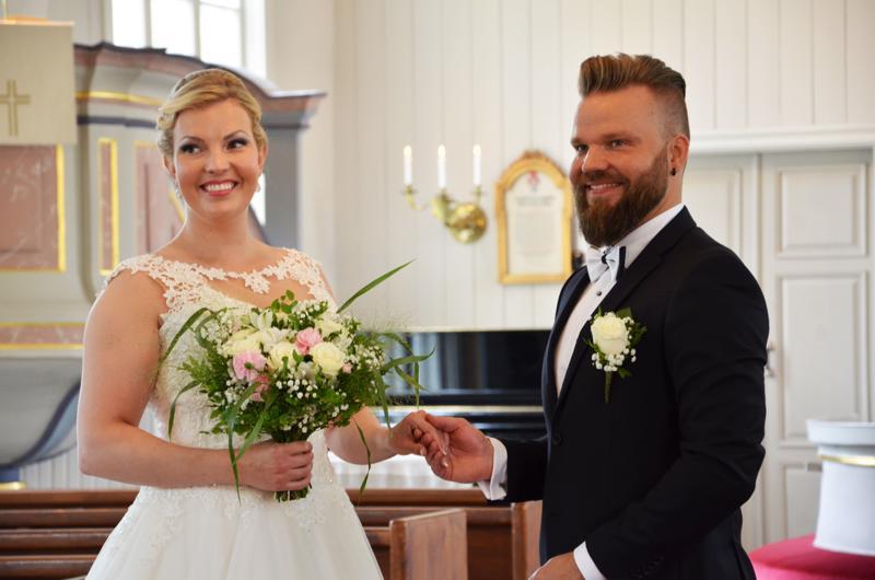 Pauliina (o.s. Puronaho) ja Antti Laakso menivät naimisiin Kaustisen kirkossa juhannuksena 2018.