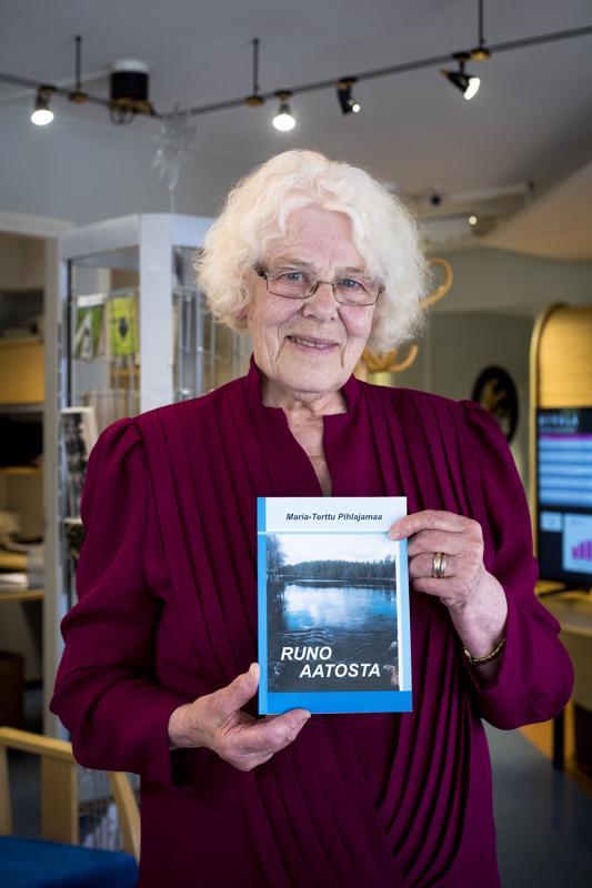 Maria-Terttu Pihlajamaa ajatteli aluksi julkaisevansa runokirjansa Herättäjäjuhlien jälkeen, mutta kyllästyi odottamiseen ja toi kirjan markkinoille jo aiemmin.