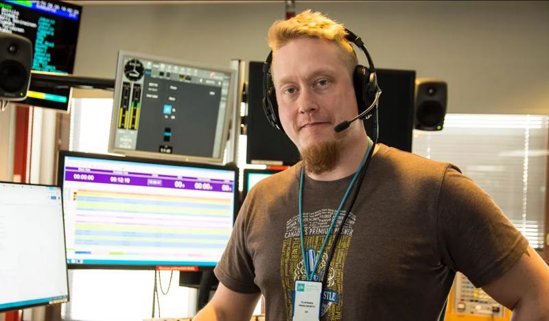 Joni Takalo tekee iltapäivälähetyksiä Ylen Radio Suomessa, joka kuuluu myös Haapaveden taajuuksilla.