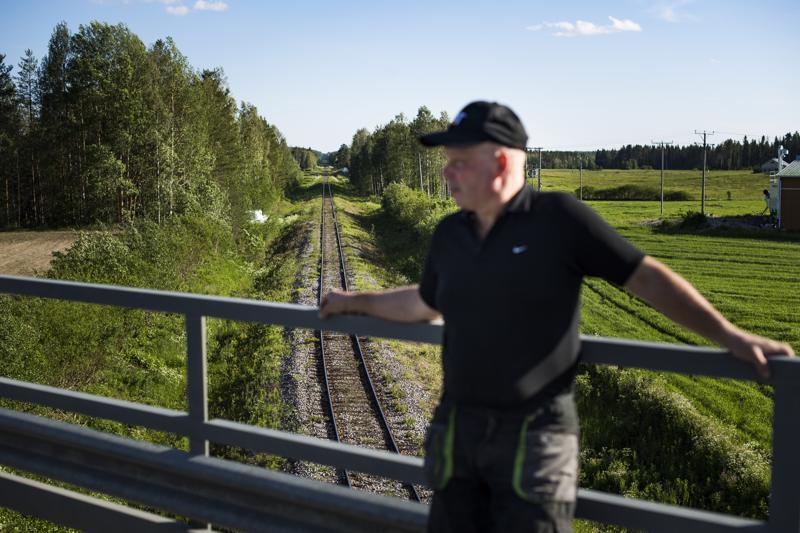 Väylä-aktiivi Harri Finnilä esittelee Haapajärven ja Saarijärven välistä rataosuutta ja toivoo sen pikaista peruskorjausta.