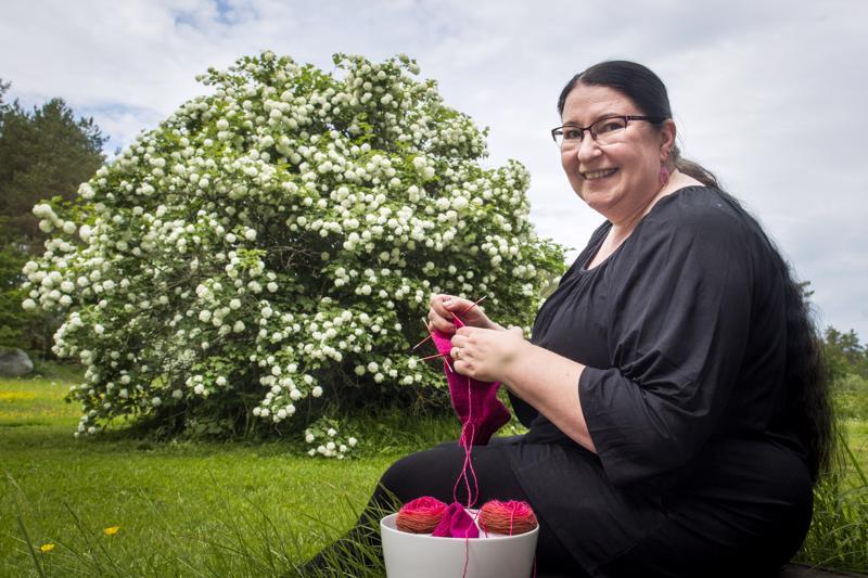 Elisa Saukon lomaan kuuluvat käsityöt ja kesästä nauttiminen omalla terassilla.