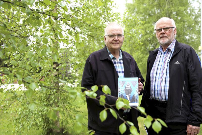 Pekka Kivelä ja Pekka Nikula ovat iloisia saadessaan moukarikarnevaalien ensimmäiset 20 vuotta kansiin.