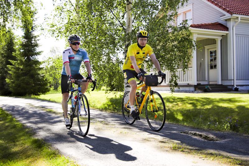 Juha Kotamies (vas.) Helsingistä saapui Jarkko Turusen ajoseuraksi pitkän reissun alkumatkalle.