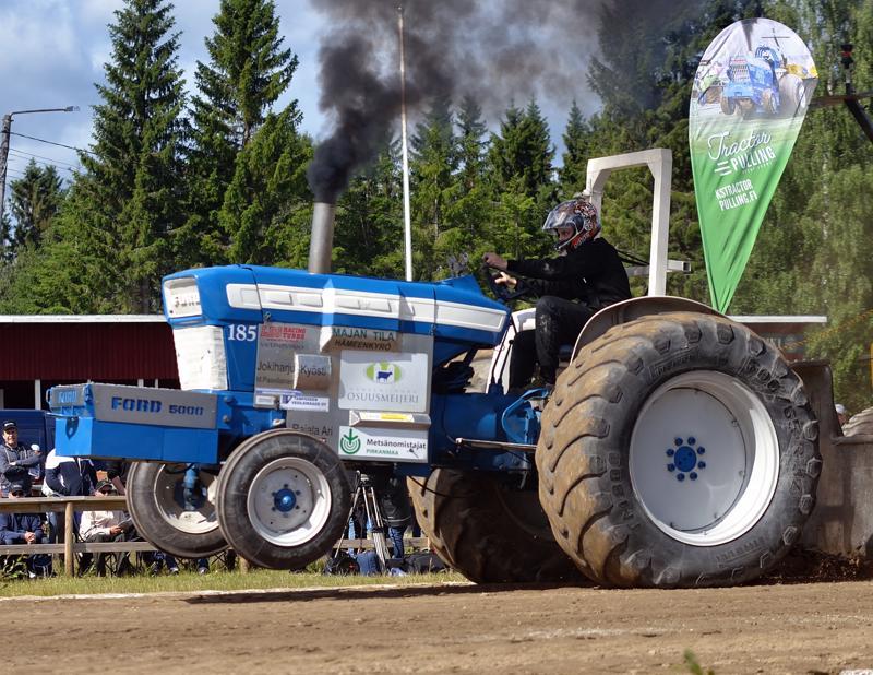 Ville Koivuniemi Viljakkalasta voitti Farm Sport 2500 kg -luokan Ford 5000:lla.