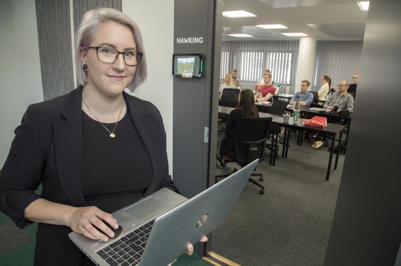 Biologi Miia Myllylahti päätti vaihtaa alaa ja opiskelee nyt pikakurssilla koodariksi. Kurssin päätyttyä häntä odottaa työ Fortumilla.