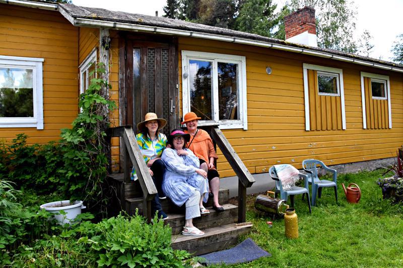 Kaija Kaikkonen os. Nevala (vasemmalla), Eija Nevala (edessä) ja Maija Liisa Nevala ovat pystyttäneet lapsuudenkotiinsa Art goes Töttöröperä-kesänäyttelyn.