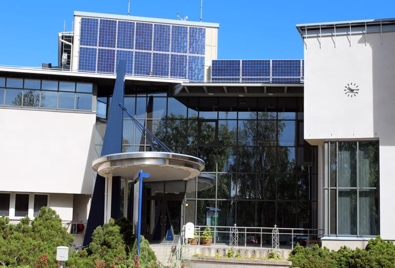 Kalajoen kaupungintalon katolla on nyt 22 aurinkopaneelia. Yhden paneelin pinta-ala on puolitoista neliömetriä.