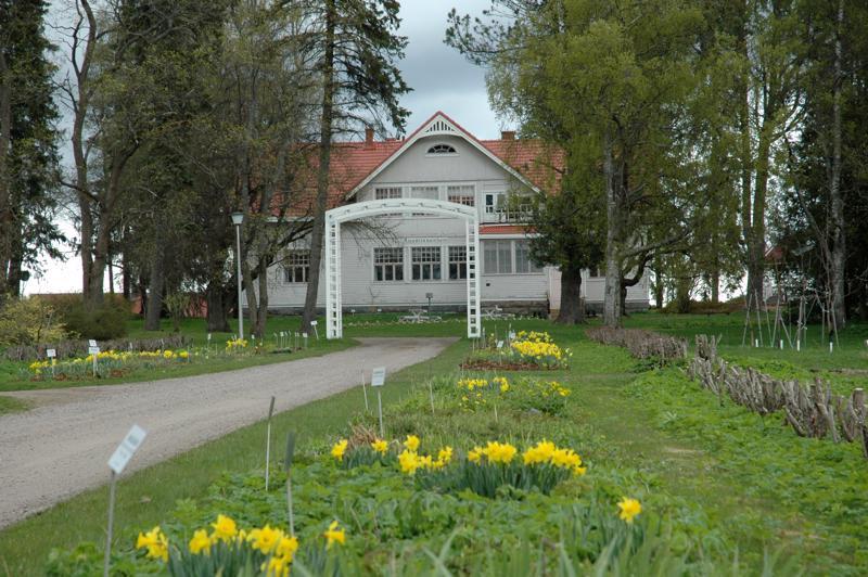 Nora Pöyhösen puisto ja Ruustinnanhovi ympäristöineen on paikallinen nähtävyys.