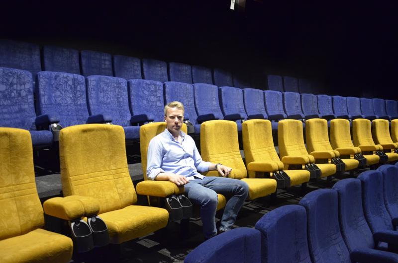 BioRex Cineman toimitusjohtaja Aku Jaakkola Pietarsaaren Bio Rexin ykkössalin keskirivin kultaoranssisilla parhailla paikoilla.