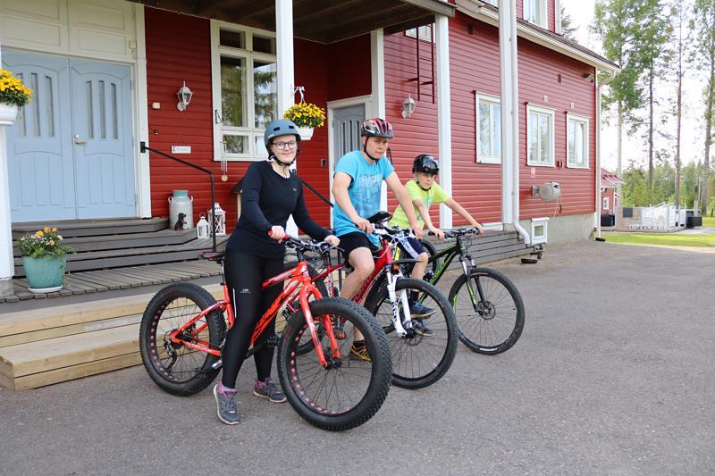 Maastopyöräilemään minut haastoi Mika Lehtola (kesk.) yhdessä poikansa Eetu Lehtolan kanssa.