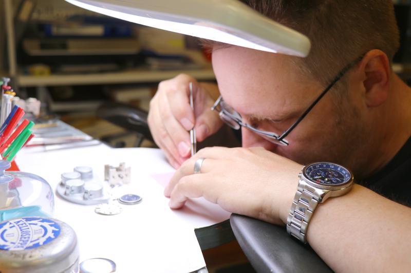Kellojen käsittely vaatii millin tarkkaa työtä. Rannekello koostuu yli sadasta pienestä osasta.