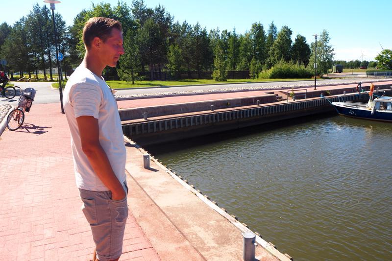 Ville Koskimaa palasi alkuviikosta Meripuiston venesatamaan kertaamaan juhannuksen kauhunhetkiä.