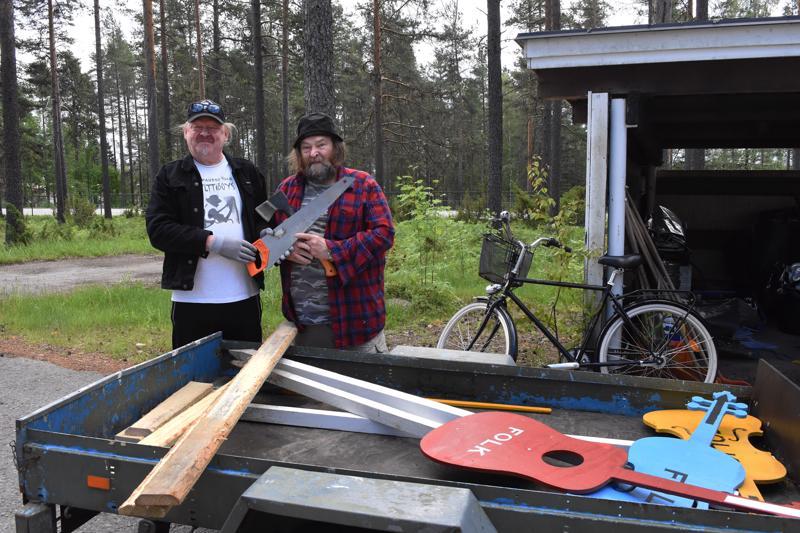 Kylttiboys eli Raimo Kangaskokko (vas.) ja Pekka Sankilampi huolehtivat vuosittain kylttien ja opasteiden jakamisesta.