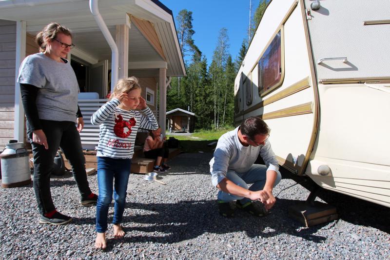 Asuntovaunu täytyy laittaa kuntoon ennen Suviseuroja.